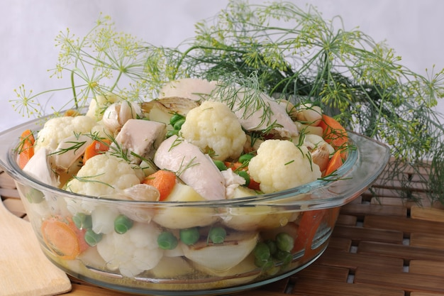 팬에 닭고기와 회향 조각을 곁들인 구운 야채