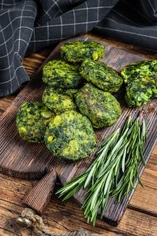 Жареная вегетарианская брокколи и гороховая котлета или котлета, фалафель