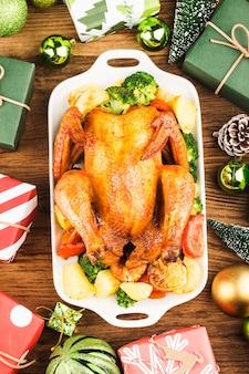 Жареный цыпленок целиком с рождественским украшением