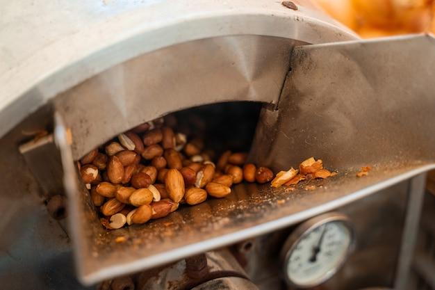 땅콩 굽기 및 데치기. 기계에서 땅콩 껍질을 벗기는 과정.