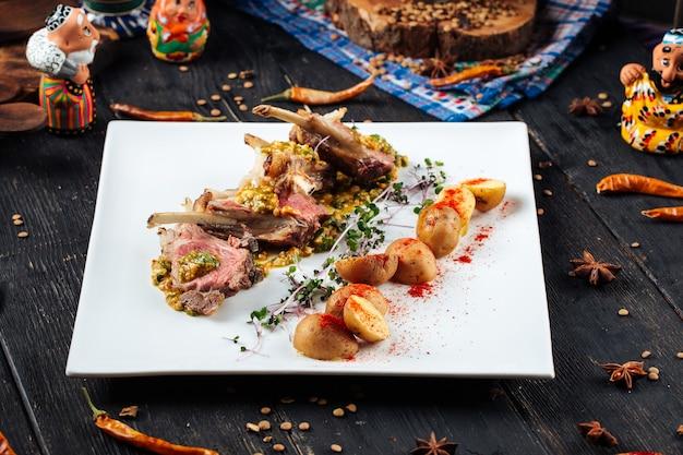 구운 양고기 갈비 커틀릿과 아기 감자