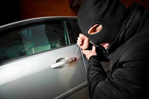 강도와 도둑이 차를 납치