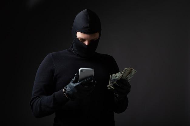 Грабитель в черной маске и костюме
