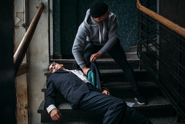 Грабитель убивает свою жертву и забирает кошелек