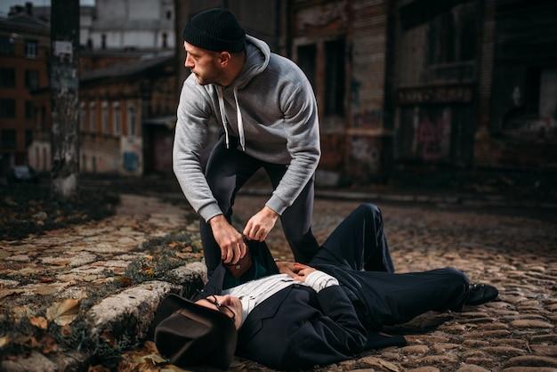 Грабитель с бейсбольной битой берет кошелек у жертвы