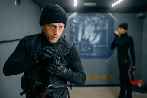 Грабители готовятся к краже из хранилища
