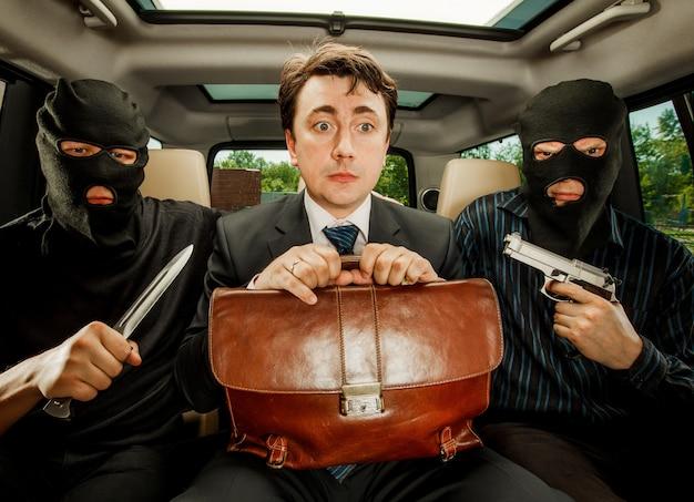 強盗、人質にとらわれたビジネスマン。