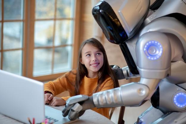 Робот и девушка смотрят видео онлайн
