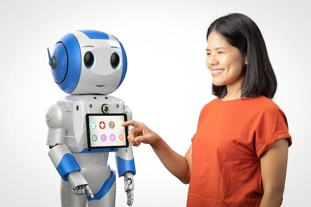 Концепция помощника робота с азиатской женщиной и роботом-рендерингом 3d с цифровым планшетом