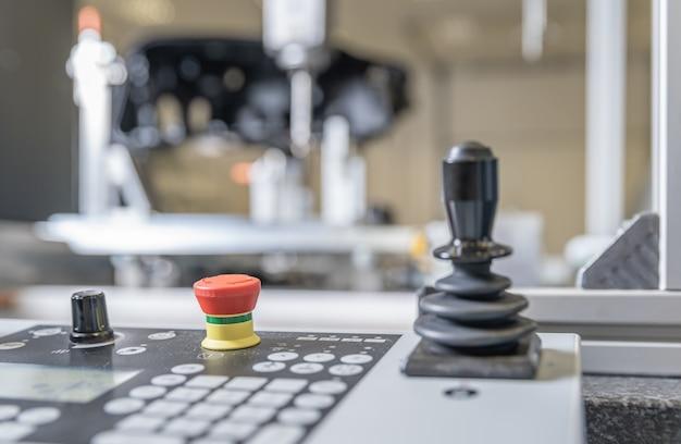 自動車産業における3d製品測定用のロボット制御パネル