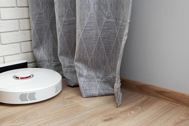 Робот-пылесос на зарядной станции. автоматический помощник для уборки дома concept