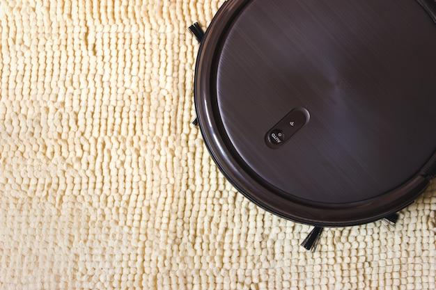 로봇 청소기는 바닥 청소를 자동화합니다. 똑똑한 집.
