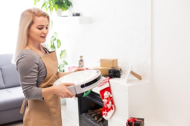 ロボット掃除機はクリスマスの背景スマートホームをきれいにします