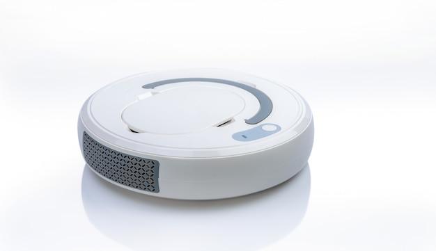 白い背景で隔離のロボット掃除機。スマートホームコンセプトのためのロボット掃除機。床掃除用掃除ロボット。ワイヤレスデバイス。スマートクリーニング技術。家庭用デバイス。