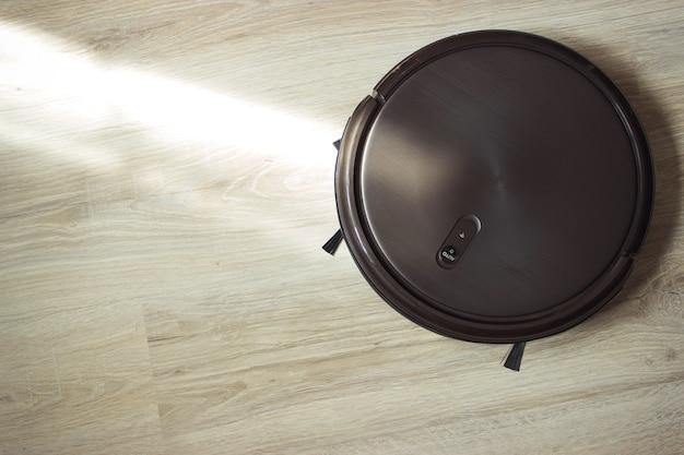 바닥에 로봇 청소기. 똑똑한 집.