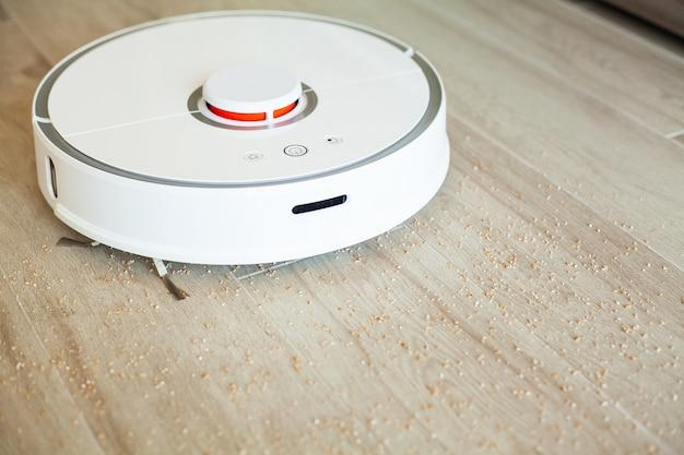 Робот-пылесос выполняет автоматическую уборку квартиры в определенное время. умный дом