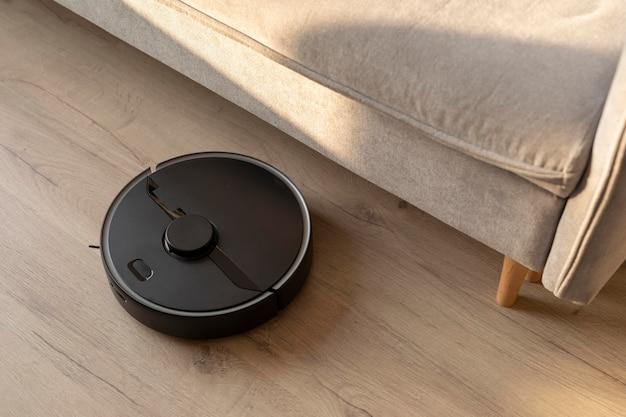 Robot aspirapolvere che fa il suo lavoro in casa