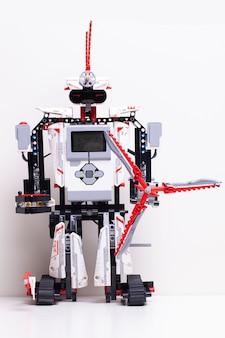 장난감 블록과 와이어가있는 로봇