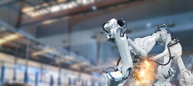 부품 제조 공장의 로봇 팔 산업