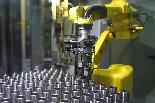 공장에서 일하는 로봇 팔