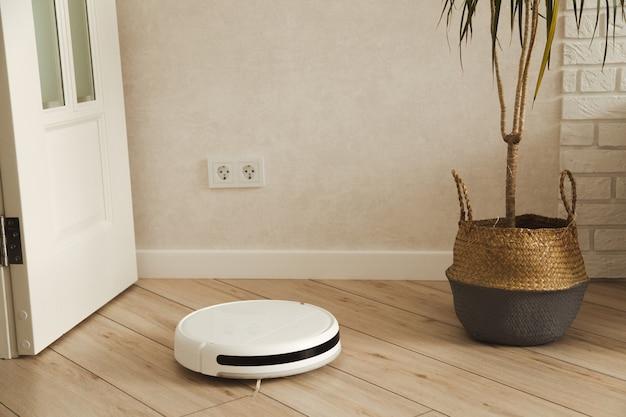 居間を掃除するロボット掃除機。