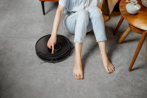 自宅の部屋を掃除するロボット掃除機
