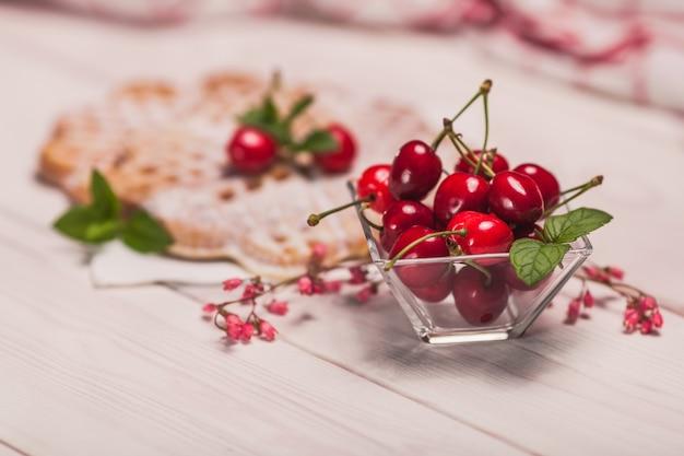Le ciliegie robuste hanno un sapore migliore con i waffle freschi