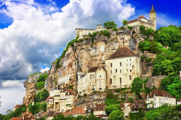 미디 피레네 산맥의 절벽에있는 아름다운 프랑스 마을 rocamadour.