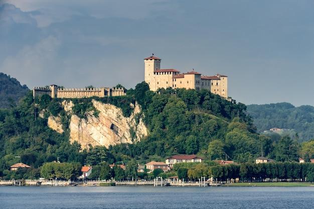 Maggiore piedmont italy 호수의 angera에 있는 rocca d'angera 성