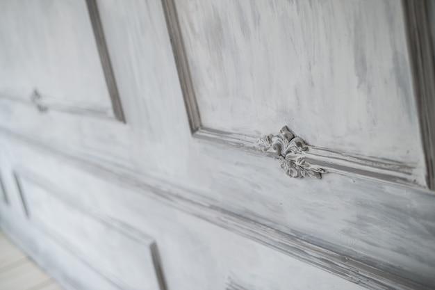 漆喰成形roccoco要素を持つ豪華なロフトの白い壁のデザインのレリーフ
