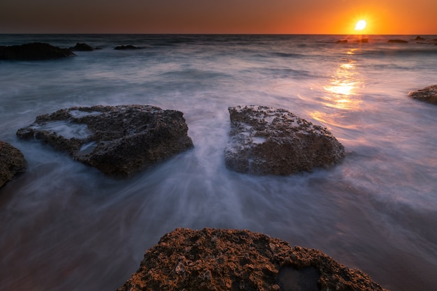 Взгляд от бухты roche на conil de ла frontera, кадисе, андалусии, испании.