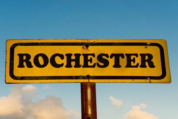 青い空とロチェスターシティ古い黄色の看板