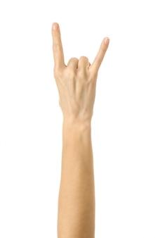 Рок-н-ролл! жест рукой женщины изолированный на белизне
