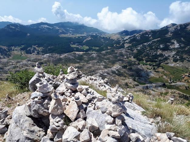 Roccia che equilibra sulla montagna nel montenegro