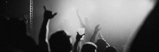 ヨーロッパのライブハウスでコンサートをするロックバンド