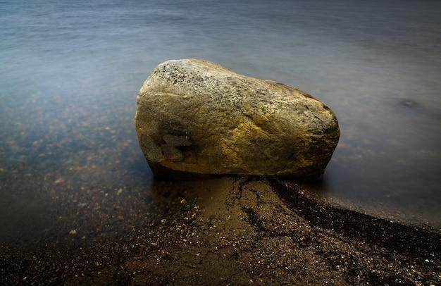 Каменное дно в чистой морской воде. мягкий фокус
