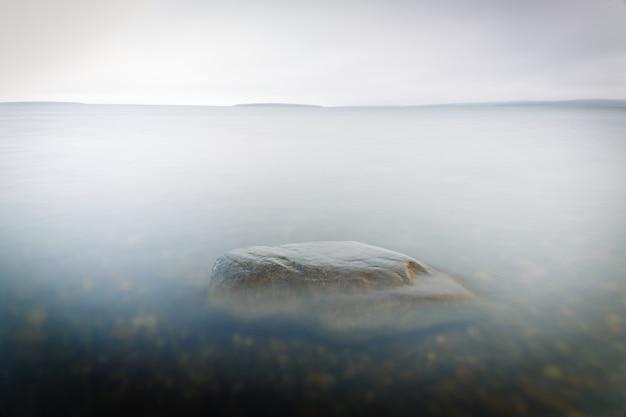 海の澄んだ水の中の岩の底