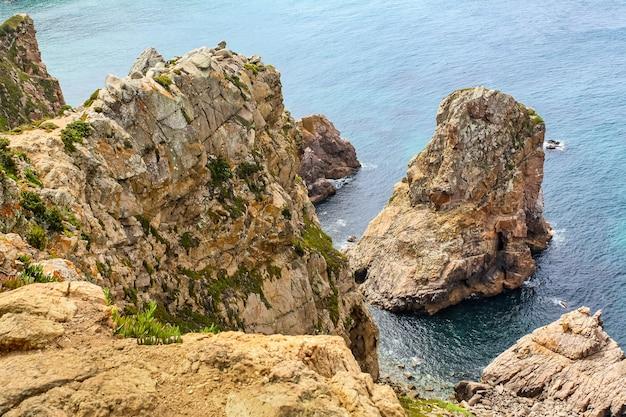 大西洋のそばの岩の崖、上からの空撮。