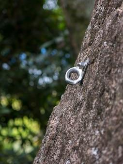 急な岩壁のロッククライミングボルト保護