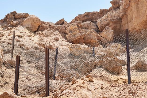ビーチでの岩の崩壊