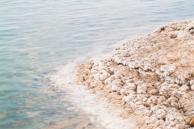 Покрытая солью скала на берегу мертвого моря