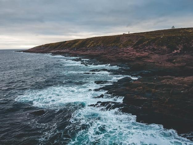 Скала и морские волны