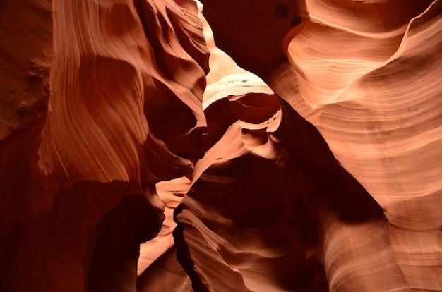米国アリゾナ州ページ近くの下部アンテロープスロットキャニオンの岩層