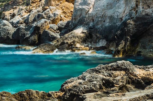 청록색 바다의 몸에 암석
