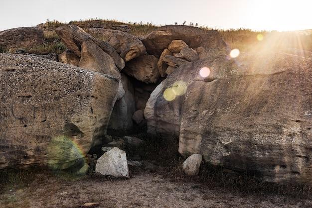 Фрагменты скалы у входа в пещеру