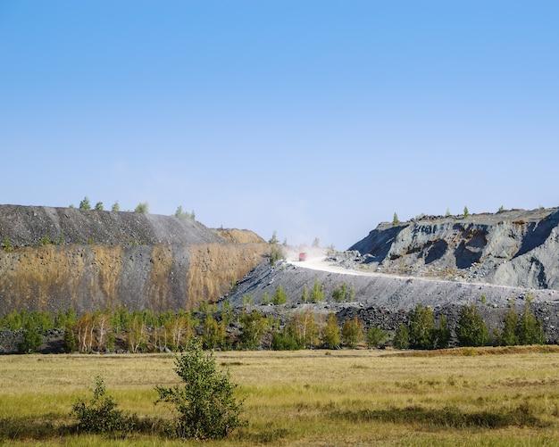 白銅採石場近くの岩山写真はロシアのシバイ市近くのバシコルトスタン共和国で撮影されました