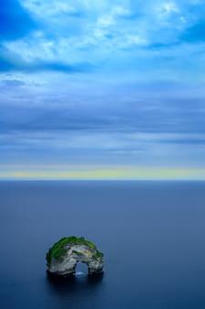 海の真ん中に岩