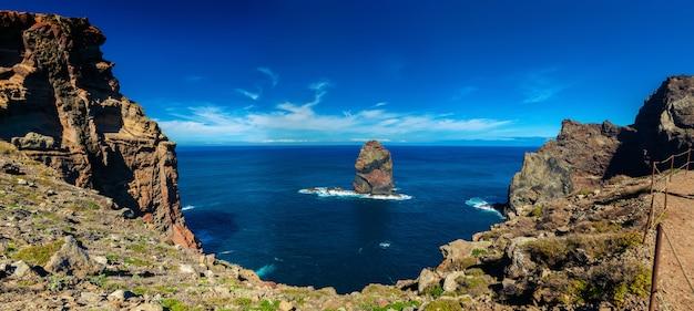 Скала в океане в понта-де-сан-лоренсу на мадейре