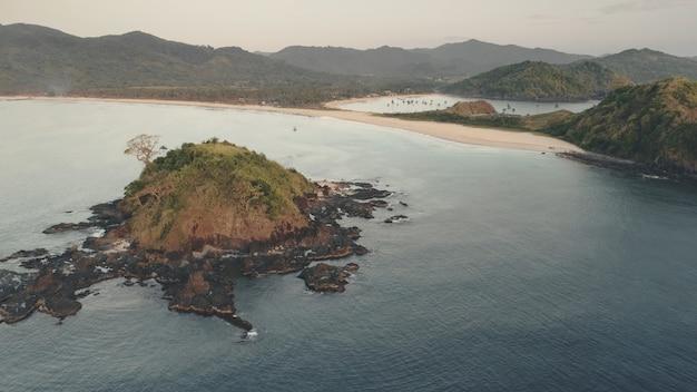 바다 베이 공중에서 바위 섬. 아무도 열대 자연 바다 경치. 산 언덕의 높은 이국적인 나무