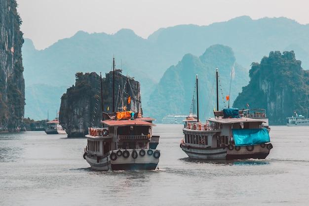 ハロン湾の浮かぶ村の近くの岩の島。ベトナムハロン湾の美しい海の風景